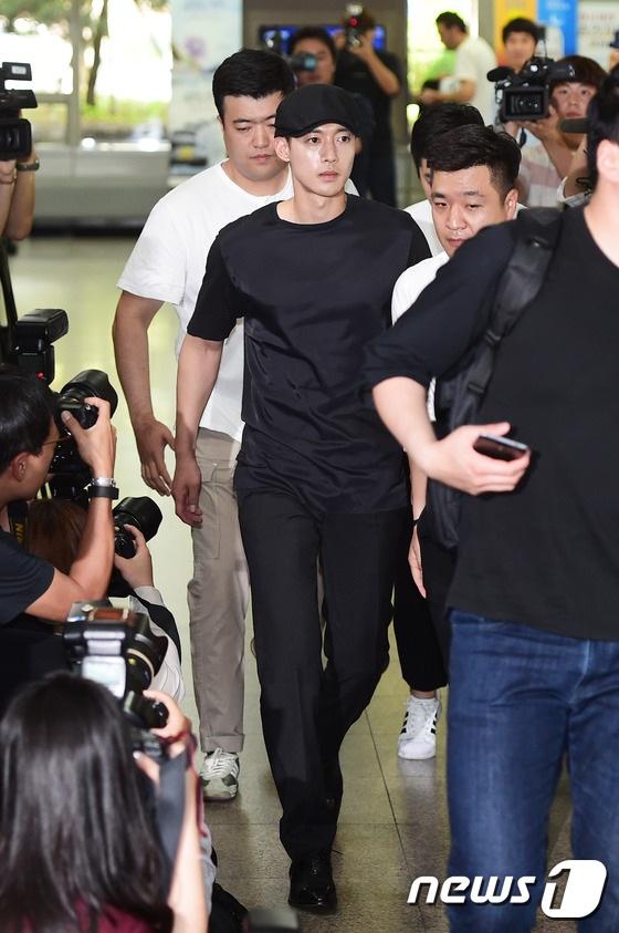"""Đây là lần đầu tiên Kim Hyun Joong lộ diện trước truyền thông kể từ khi scandal làm bạn gái cũ có bầu của anh trở thành tâm điểm của truyền thông xứ Hàn suốt gần 2 năm nay. Tháng 5 năm ngoái, khi sự việc trở nên """"rầm rộ"""", Kim Hyun Joong đã lên đường nhập ngũ và biến mất khỏi làng giải trí từ đó. Anh không lên tiếng bình luận về vụ việc mà chỉ nhường cho người đại diện của mình phát biểu trước truyền thông."""