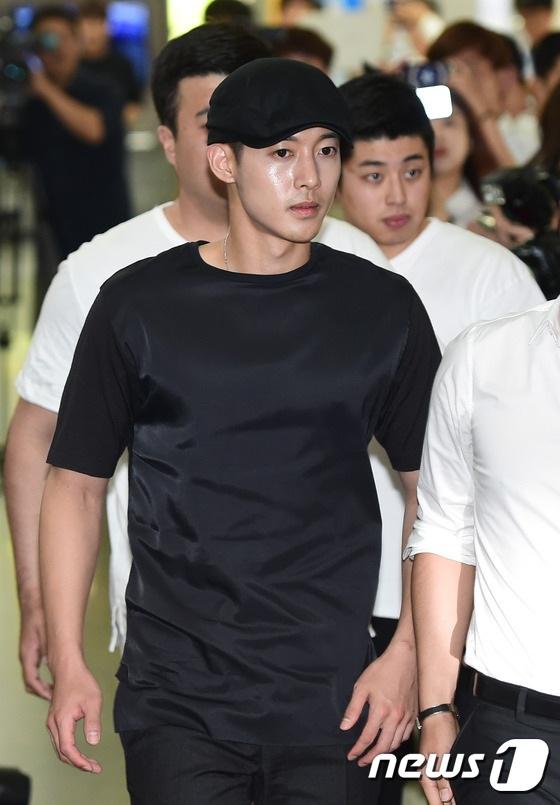 Hình ảnh và danh tiếng của Kim Hyun Joong đã bị ảnh hưởng đáng kể từ khi anh bị bạn gái tố đánh đập, bạo hành, làm cô có bầu và tìm cách rũ bỏ trách nhiệm làm cha. Anh là thành viên của nhóm nhạc SS501 và là một nam diễn viên triển vọng của màn ảnh xứ Hàn trước khi scandal tình cảm xảy ra.