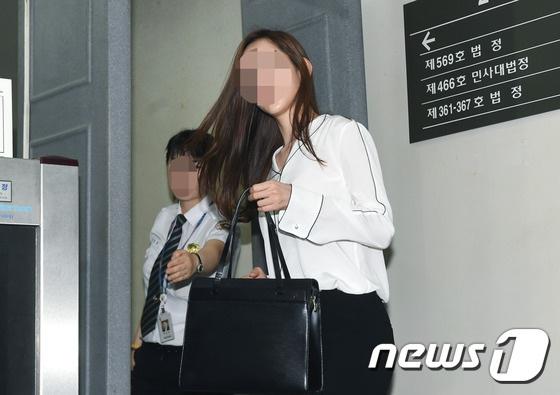 Một người bạn học của cô Choi đã nhận lời làm chứng trước tòa. Người này tố cáo Kim Hyun Joong đánh đập bạn gái cũ, làm cô sảy thai và từng có quan hệ tình cảm với một cô gái làng chơi khi hai người còn hò hẹn nhau.