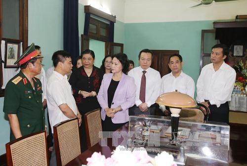 Chủ tịch Quốc hội Nguyễn Thị Kim Ngân và các đại biểu tham quan di tích Nhà 67. Ảnh: Trọng Đức/TTXVN