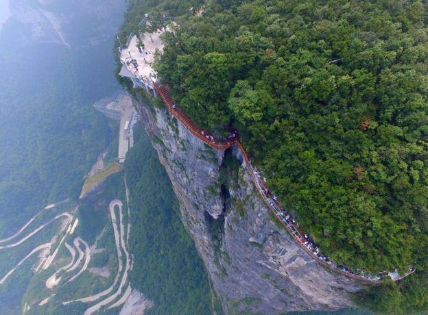 """Cây cầu có tên gọi """"Rồng cuộn"""" với chiều dài 100m, rộng 1,6m, ở độ cao 1.402m so với mặt đất. (Ảnh: Getty)"""