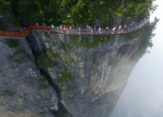 Cây cầu vắt cheo leo ở vách núi Thiên Môn, nằm trong khu bảo tồn thiên nhiên Trương Gia Giới. (Ảnh: Getty)
