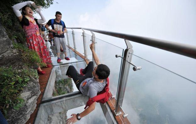 Từ cây cầu này, du khách có thể chiêm ngưỡng toàn cảnh Hồ Nam. (Ảnh: Getty)