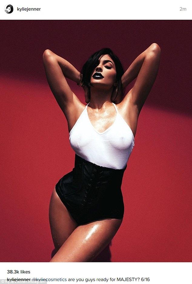 Em cô Kim - Kylie Jenner tung ảnh gợi cảm lên trang Instagram để quảng cáo dòng sản phẩm mỹ phẩm mới của cô, bức ảnh vừa đăng ít phút đã nhận hàng chục nghìn lượt like