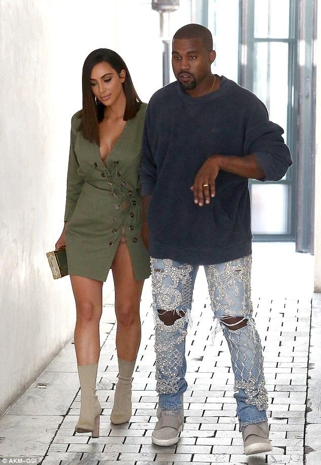 Kim Kardashian khoe tóc mới khi đi ăn trưa tại Los Angeles ngày 31/7 cùng chồng Kanye West