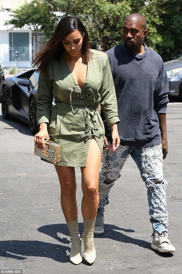 Kim từng tiết lộ, chồng chính là stylist của cô, cô thường mặc đồ theo sở thích và phong cách của chồng