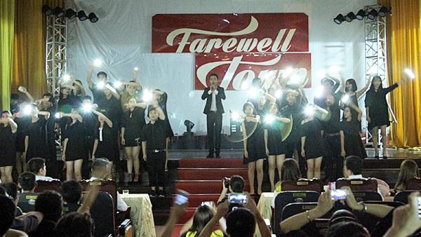 Sân khấu huyền ảo của bài hát Flashlight được tạo nên bởi tất cả các bạn sinh viên có mặt tại Farewell Town