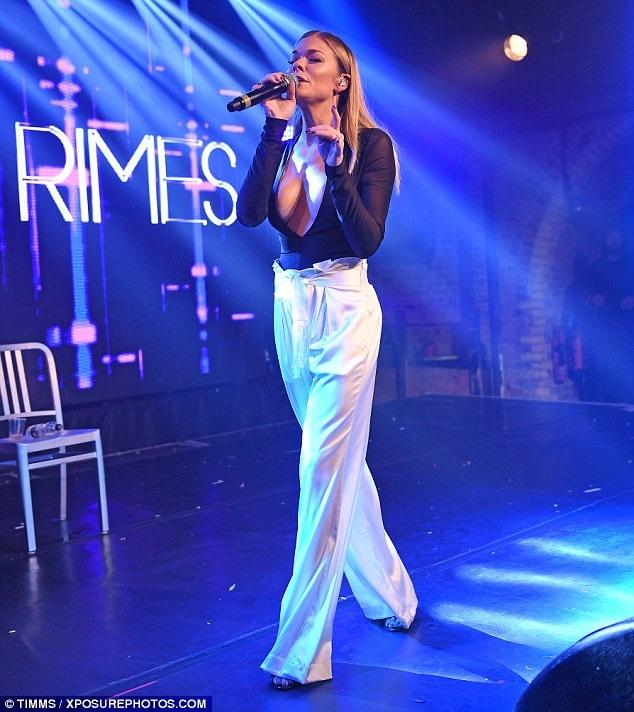 Nữ ca sỹ tài năng tràn đầy năng lượng trên sân khấu