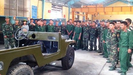 Dạy lái xe cho bộ đội xuất ngũ tại Trường Cao đẳng nghề số 5 thuộc Quân khu 5.