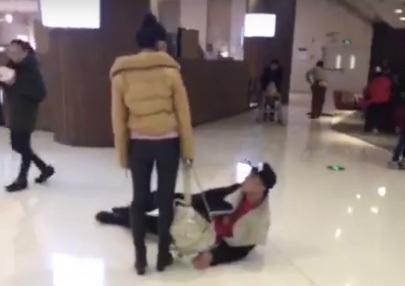 Hình ảnh chàng trai lăn bò trên mặt đất thay lời xin lỗi khiến dân mạng phản ứng dữ dội.