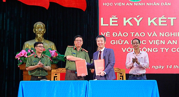 Đại diện Học viên An ninh nhân dân và BKAV trao thỏa thuận hợp tác đạo tạo an ninh mạng