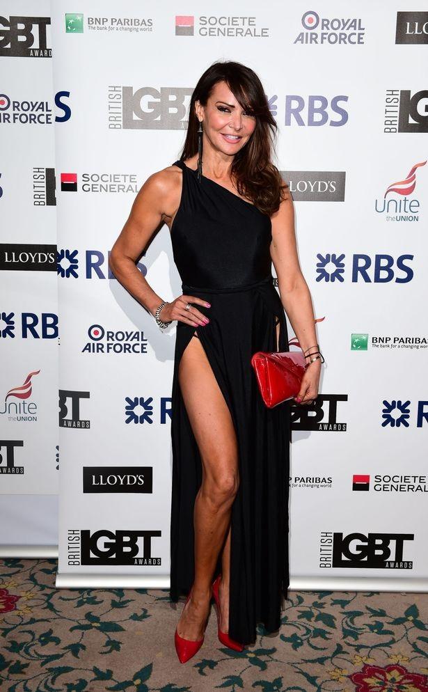 """Đỏ mặt với váy áo trong suốt """"như không"""" của mỹ nhân Anh quốc - 11"""