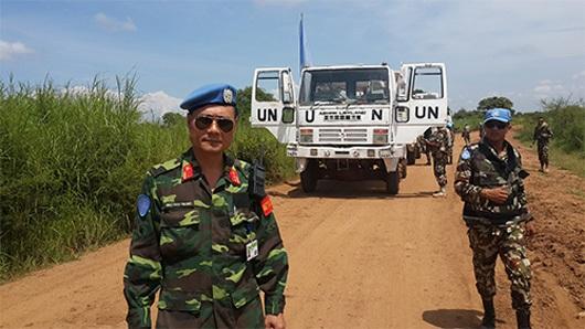 Trung tá Mạc Đức Trọng phối hợp với lực lượng Nê-pan hộ tống trang thiết bị của Liên hợp quốc từ Giu-ba đến Ga-mai-da. (Ảnh: Cổng thông tin Bộ Quốc phòng)