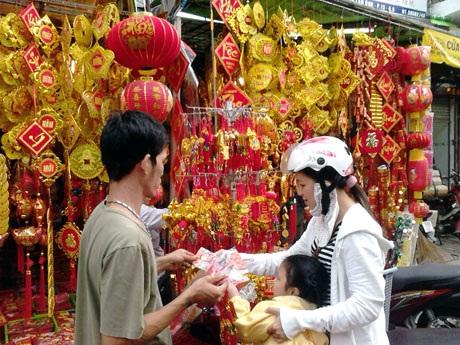 """Vào dịp Tết, người Việt Nam cũng tặng nhau """"đồng tiền may mắn"""" bằng cách để tiền vào các phong bao màu đỏ - được gọi là """"lì xì"""" để tặng cho các thành viên trong gia đình và bạn bè"""