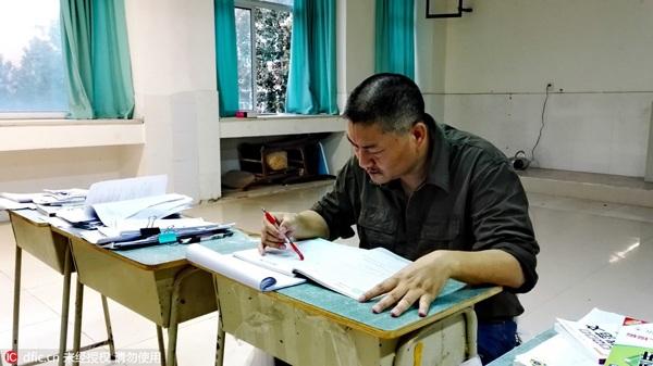Hình ảnh Liang Shi đang xem lại bài vở trước khi thi đại học tại một trường cấp ba ở thành phố Miên Dương (tỉnh Tứ Xuyên, Trung Quốc) ngày 4/6/2016. (Ảnh: IC)