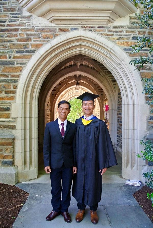 Bố Quang bay sang Mỹ để chứng kiến ngày lễ tốt nghiệp của con trai tại ĐH Duke.