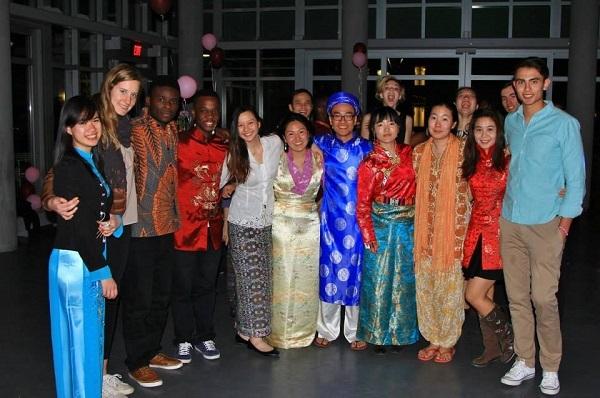 Quang trong mặc áo dài truyền thống của Việt Nam một hoạt động giao lưu văn hóa quốc tế.