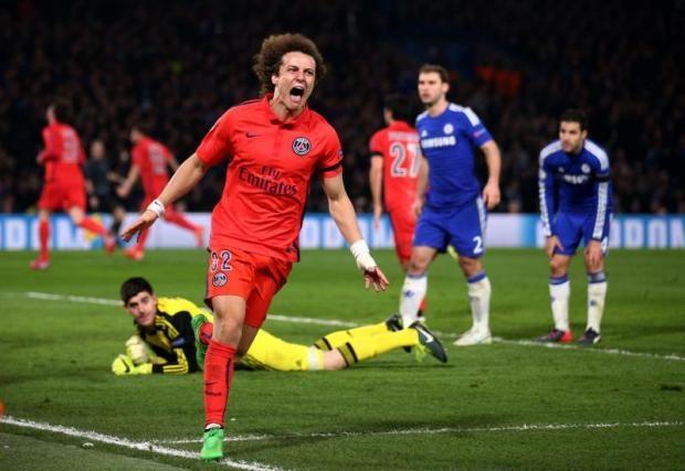 Luiz ăn mừng sau khi ghi bàn gỡ hòa 1-1 cho PSG ở lượt về (phút 86)
