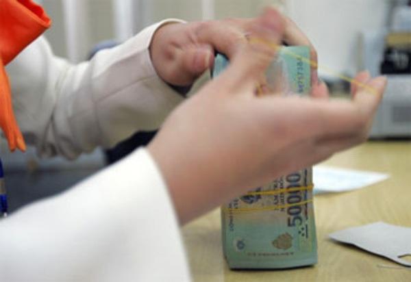 Ngân hàng thừa tiền, lãi suất huy động vẫn tăng