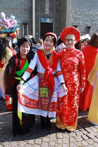 Phương Thúy (giữa) cùng chị Phạm Thị Mai và cô Marie Thérèse tại buổi carnaval hôm qua ngày 19/3