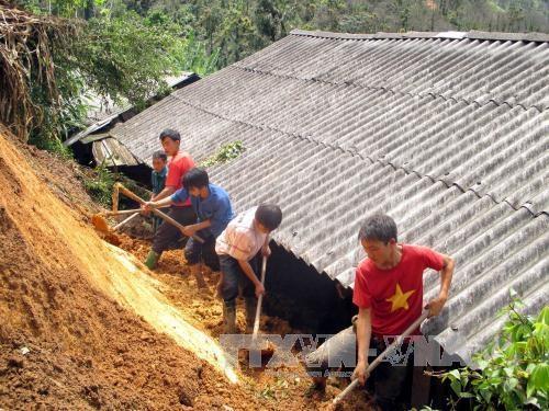 Đoàn viên thanh niên giúp đỡ các gia đình bị đất đá sạt lở vùi lấp. Ảnh: Đức Tưởng – TTXVN.