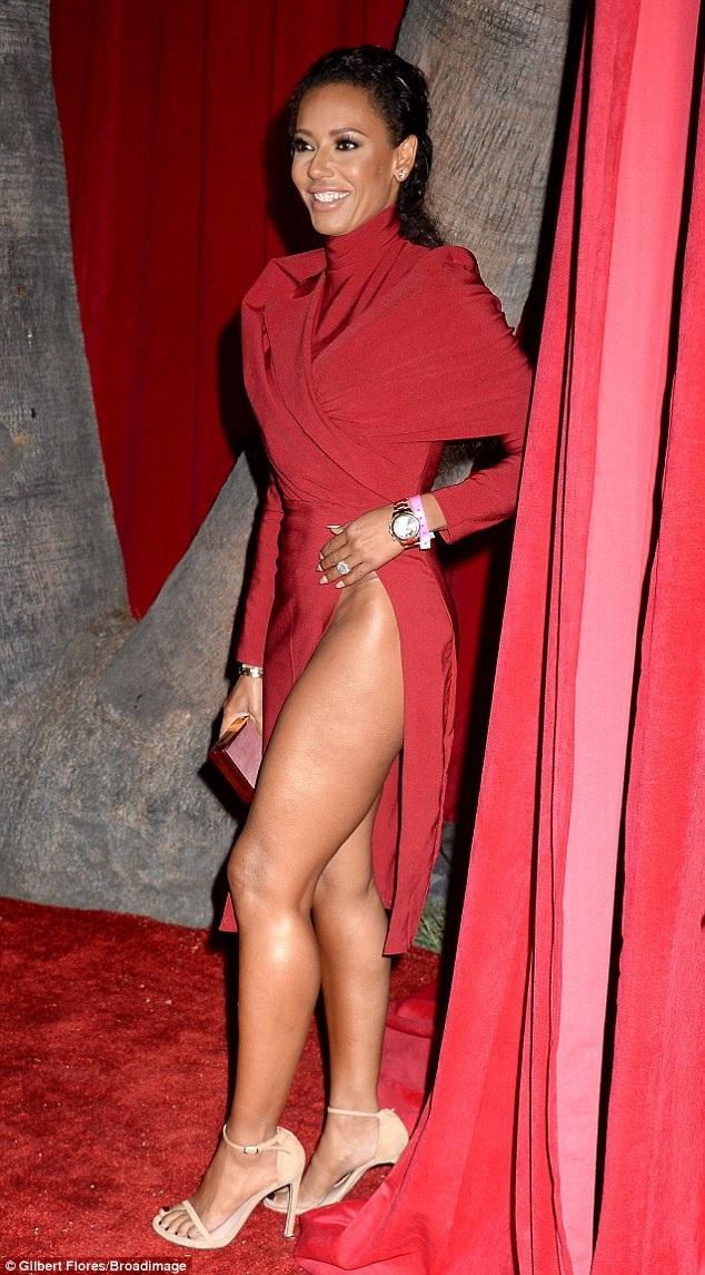 Mel B gây choáng khi sự sự kiện với bộ váy xẻ bất tận