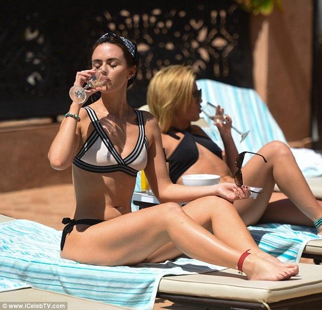 Cô cũng tranh thủ tắm nắng và thư giãn bên hồ bơi