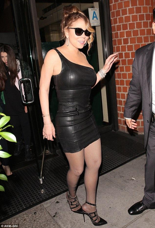 Trước đó Mariah Carey diện váy da ôm sát đi ăn tối tại nhà hàng sang trọng Mr. Chow ở Beverly Hills