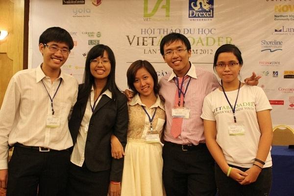Mai Thy (ngoài cùng, phải) gắn bó với VietAbroader để thắp lửa ước mơ du học cho nhiều bạn trẻ Việt, hiện cô là Đồng Chủ tịch nhiệm kỳ 2016-2017 của tổ chức này.