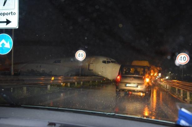 Thời điểm xảy ra sự cố rất nhiều ô tô đang lưu thông trên tuyến đường, tuy nhiên hiện chưa có báo cáo nào về thương vong, thiệt hại. Hai phi công của máy bay được cho là đã thoát ra ngoài an toàn. (Ảnh: Dailymail)