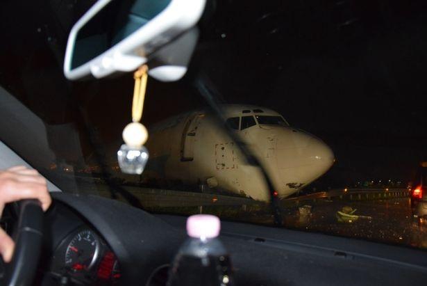 Chiếc máy bay đã lao thẳng ra đường cao tốc gần đó, phá hỏng hàng rào cao tốc trong khi phần đầu máy bay ngáng một phần đường cao tốc. (Ảnh: Dailymail)