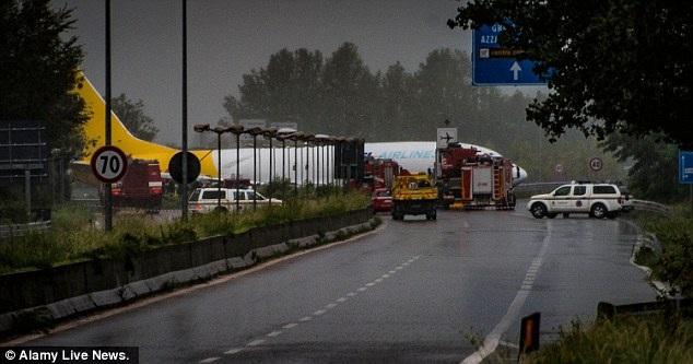 Theo Dailymail, sự cố xảy ra vào khoảng 4 giờ sáng nay khi chiếc máy bay Boeing 737-400 của hãng hàng không ASL Airlines do công ty vận chuyển DHL thuê bất ngờ trượt khỏi đường băng khi hạ cánh xuống sân bay Orio al Serio. (Ảnh: Dailymail)