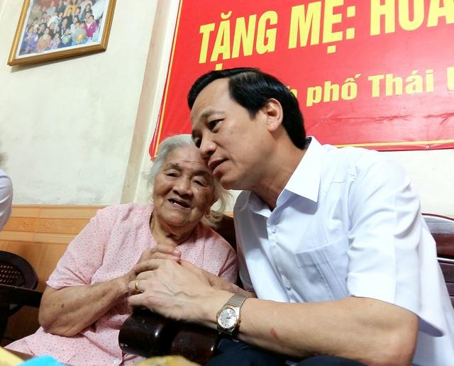 Bộ trưởng Đào Ngọc Dung tới thăm mẹ VNAH tại thành phố Thái Bình.