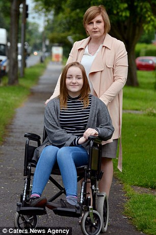 Bé gái 13 tuổi ngồi xe lăn sau khi tiêm vắc xin phòng ung thư cổ tử cung - 2