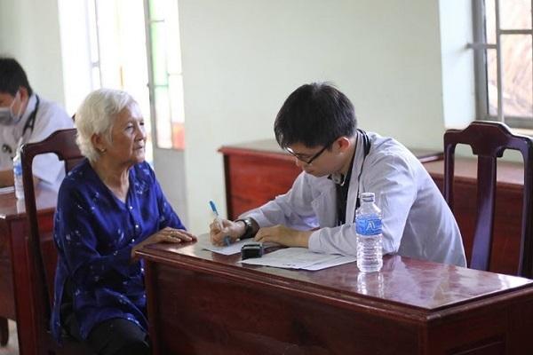 Bác sĩ tình nguyện đến từ ĐH Y Phạm Ngọc Thạch khám và tư vấn sức khỏe cho các cụ già neo đơn.