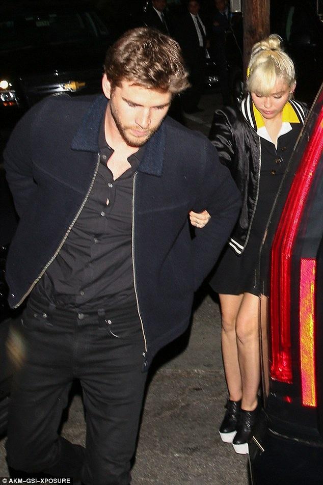 Miley Cyrus và Liam Hemsworth nắm tay nhau đi trên đường phố Los Angeles, California, Mỹ ngày 13/4 vừa qua