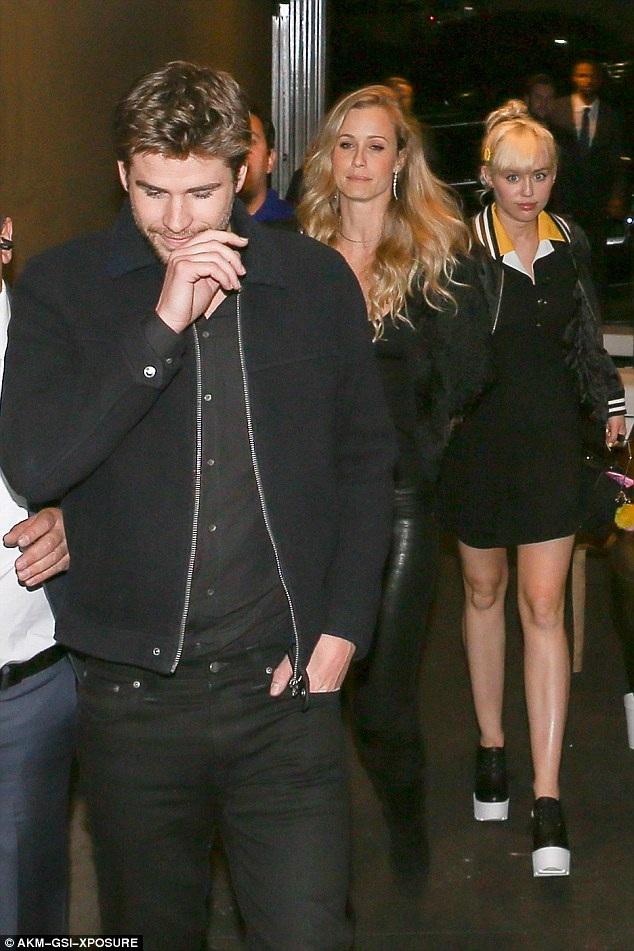 Bạn bè của cặp đôi này tiết lộ, Miley và Liam đang tiến từng bước chậm và vững chắc trong mối quan hệ.