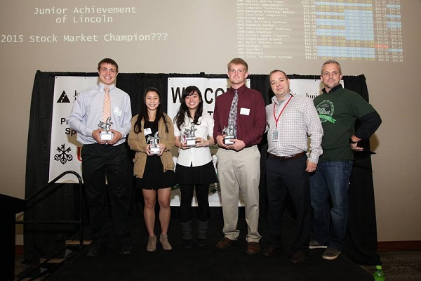 Minh Trâm (thứ 3 từ trái sang) gặt hái thành tích học tập đáng nể ở mức gần tuyệt đối tại trường trung học ở Mỹ và nhiều giải thưởng về toán học, khoa học máy tính.