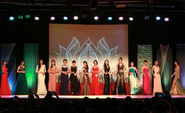 Các thí sinh lộng lẫy trong trang phục dạ hội.