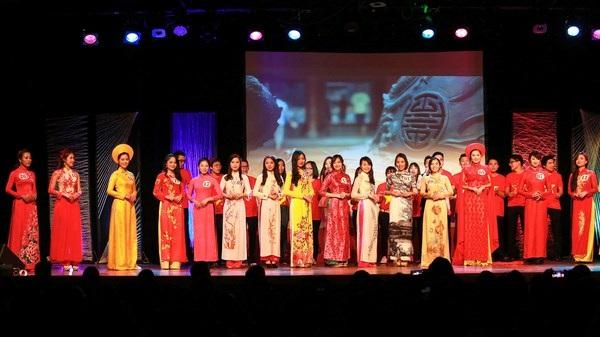 Các cô gái dịu dàng truyền thống trong phần trình diễn Áo dài Việt.