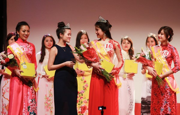 Tân Hoa khôi du học sinh Việt tại Pháp nhận vương miện từ Miss Xuân 2013 - Đỗ Hà Ngân.