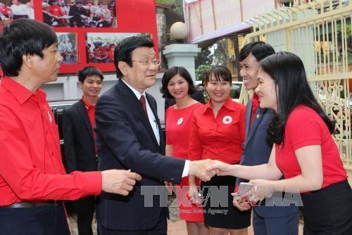 Chủ tịch nước Trương Tấn Sang bắt tay chào hỏi các đại biểu tại buổi làm việc sáng nay (23/3) - Ảnh: TTXVN