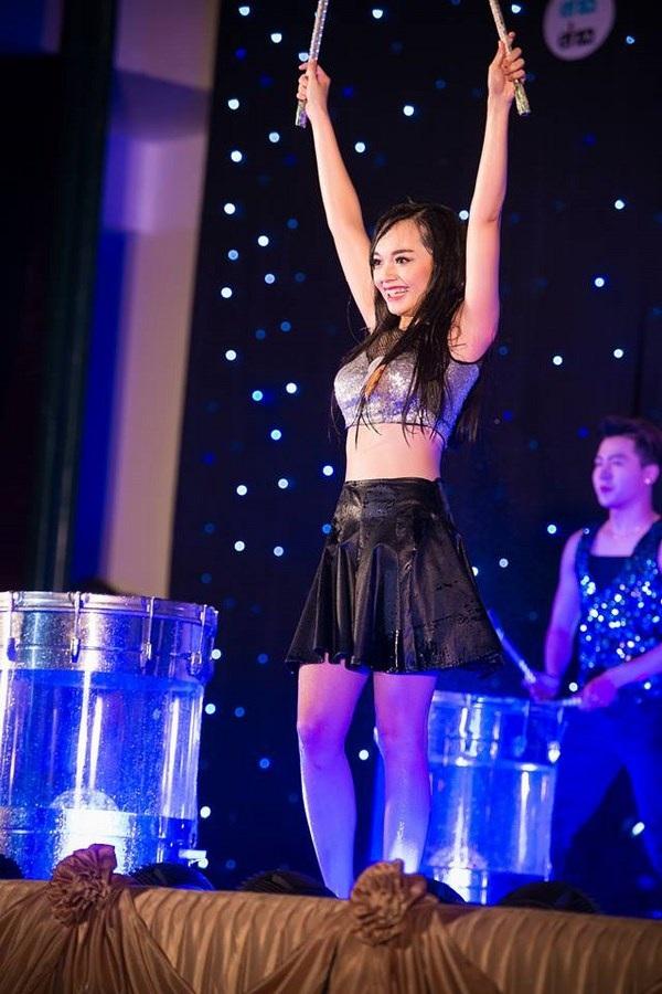 Hình ảnh Mỹ Linh tại cuộc thi tài sắc ĐHQG Hà Nội