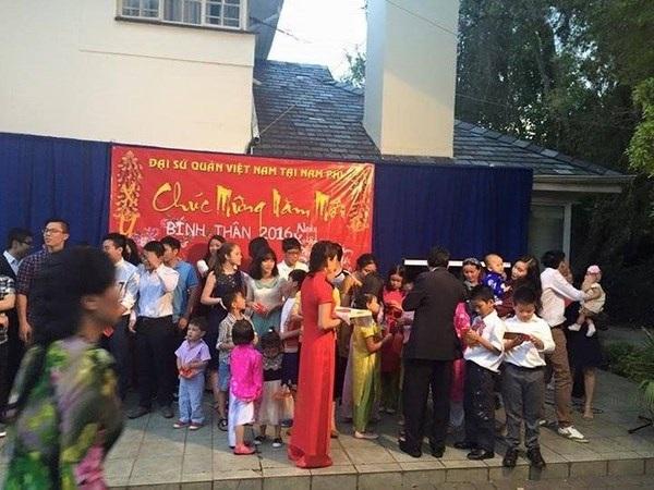Bác Đại sứ phát lì xì dịp năm mới cho các bạn nhỏ Việt tại Nam Phi.