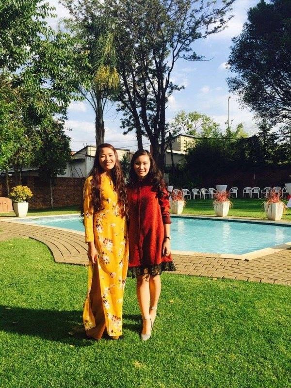 Hai cô bạn Lê Trang (trái) và Quỳnh Nga cùng đón Tết ở Đại sứ quán.