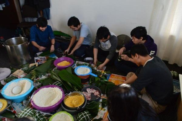 Không khí gói bánh chưng tại gia đình DHS Trịnh Mạnh Tuyên, Trần Đăng Hòa, Vũ Văn Trung