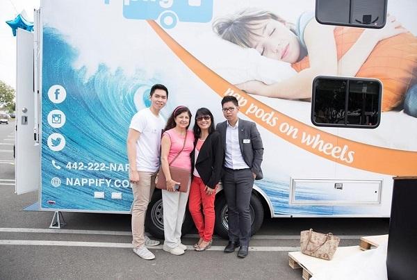 Kevin Phạm và em trai Ken Phạm (áo trắng – đồng sáng lập) bên chiếc xe ngủ di động của họ.