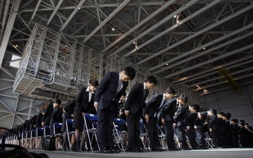 Không những không tin chủ doanh nghiệp, người lao động Nhật cũng không tin tưởng vào đồng nghiệp và nhóm làm việc chung - Ảnh: Japan Times.