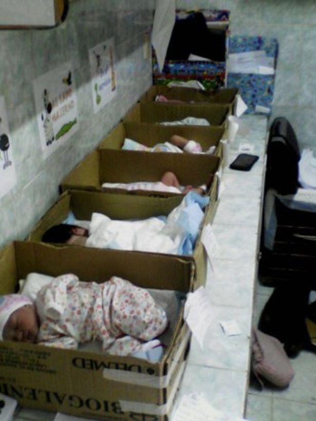 Hình ảnh những chiếc hộp ủ các bé được xếp thành hàng khiến nhiều người xót xa
