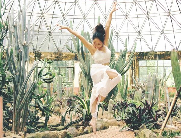 Ngân Thương thể hiện những động tác khó của thể dục tự do trong bộ trang phục trắng muốt